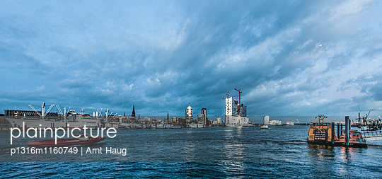 Blick über Elbe auf Landungsbrücken und Elbphilharmonie, Hamburg, Deutschland - p1316m1160749 von Arnt Haug