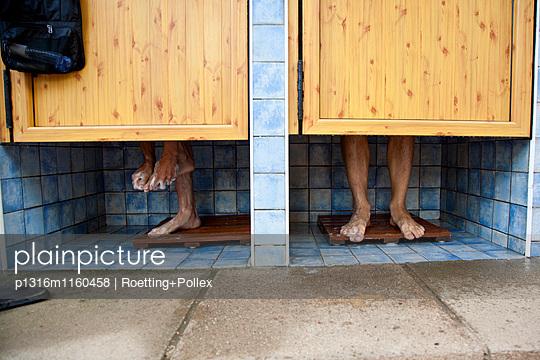 Blick auf die Füsse zweier junger Männer in der Dusche auf einem Campingplatz, Sachsen, Deutschland, Europa - p1316m1160458 von Roetting+Pollex