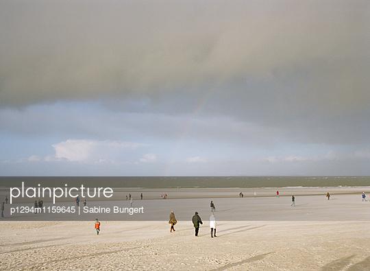 Menschen am Strand - p1294m1159645 von Sabine Bungert