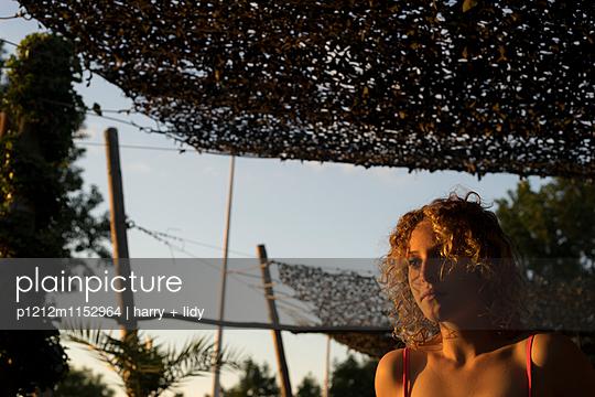Strandbar - Mädchen in der Abendsonne  - p1212m1152964 von harry + lidy
