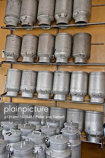 Milchkannen in einer Käserei, Les Hauderes, Waliis, Schweiz - p1316m1160548 von Peter von Felbert