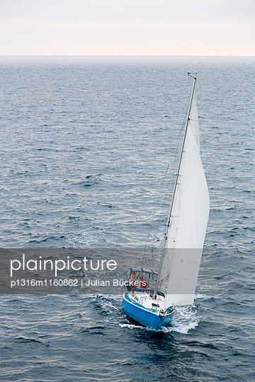 Segelboot auf dem Mittelmeer, Pula, Istrien, Kroatien - p1316m1160862 von Julian Bückers