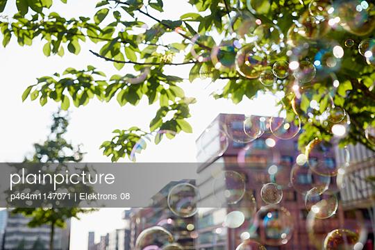 Seifenblasen in der Stadt - p464m1147071 von Elektrons 08