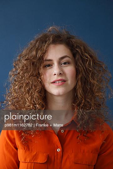 Lockige Frau - p981m1162782 von Franke + Mans