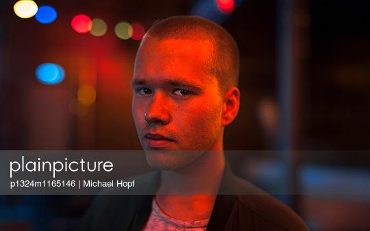 Porträt eines skeptischen jungen Mannes  - p1324m1165146 von michaelhopf