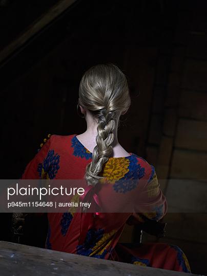 Rückansicht einer Frau mit geflochtenem Zopf - p945m1154648 von aurelia frey