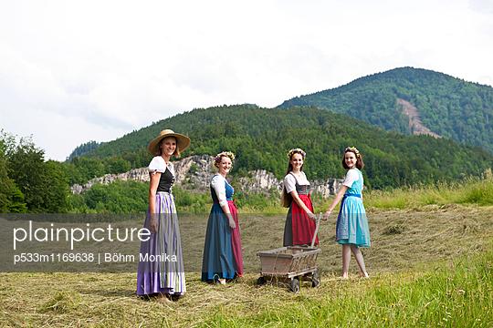 Mädchen mit Blumenschmuck - p533m1169638 von Böhm Monika