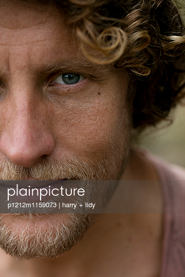 Portrait eines Mannes - p1212m1159073 von harry + lidy