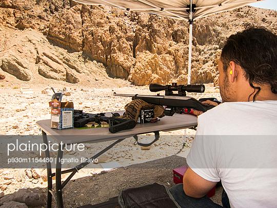 Schießwütig - p930m1154480 von Phillip Gätz