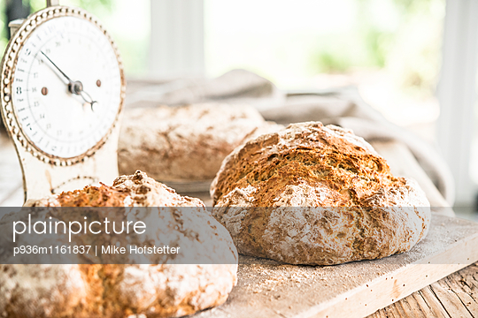 Frisches Brot - p936m1161837 von Mike Hofstetter