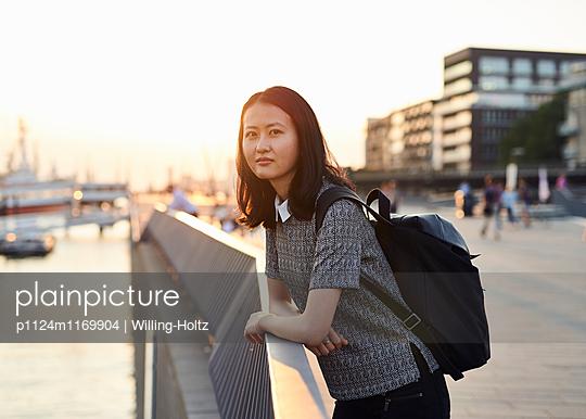 Asiatin auf Uferpromenade - p1124m1169904 von Willing-Holtz