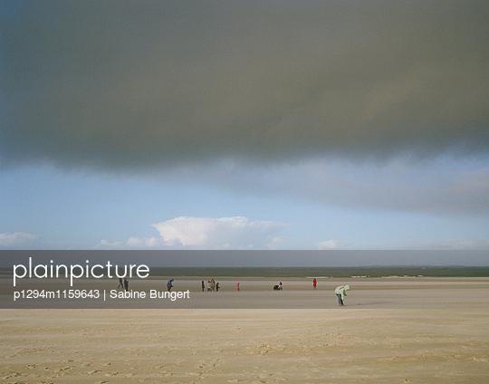 Menschen am Strand - p1294m1159643 von Sabine Bungert