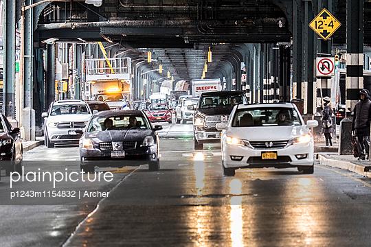 Straßenverkehr unter einer Brücke in New York - p1243m1154832 von Archer