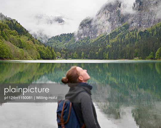 Frau schaut nach oben am Lac de Montriond - p1124m1150081 von Willing-Holtz