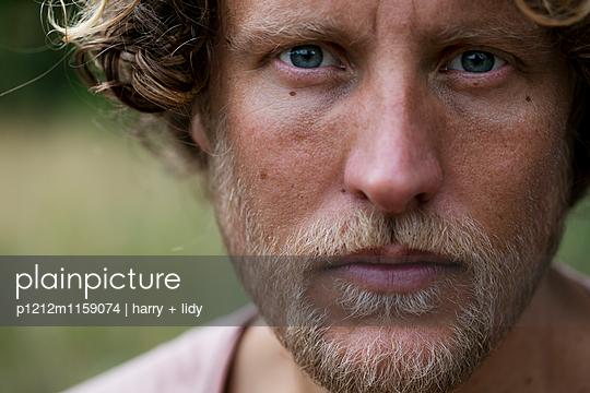 Portrait eines Mannes - p1212m1159074 von harry + lidy