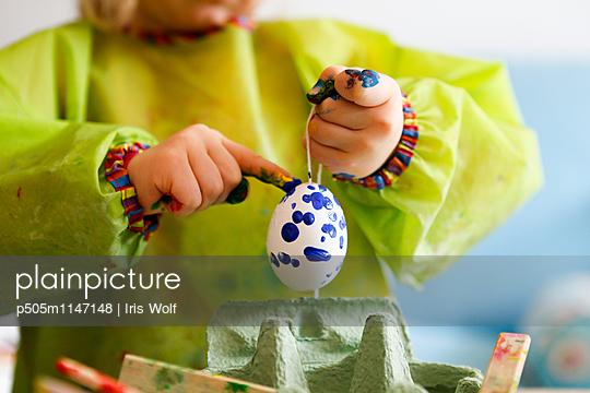Osterei bemalen - p505m1147148 von Iris Wolf