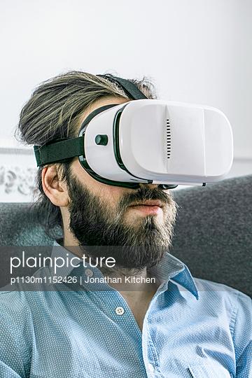Mann mit VR-Brille - p1130m1152426 von Jonathan Kitchen