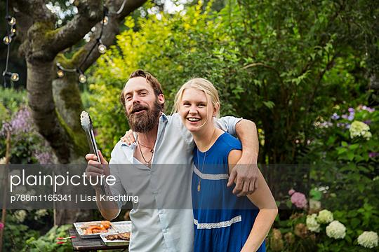 Junges Paar im Garten - p788m1165341 von Lisa Krechting