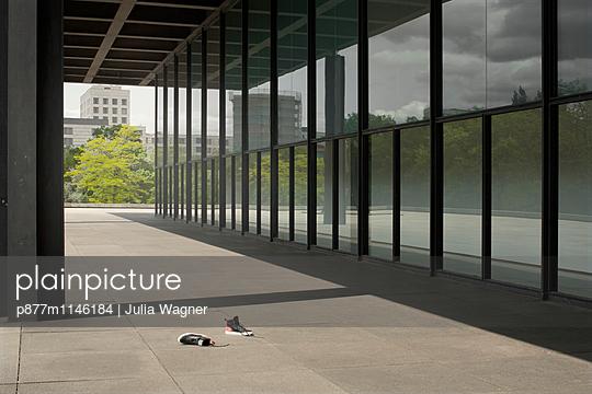 Barfuß in Berlin - p877m1146184 von Julia Wagner