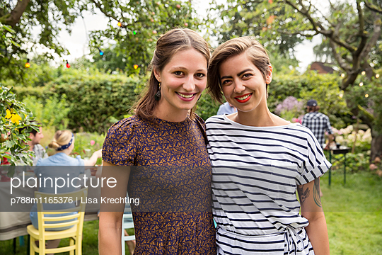 Zwei Freundinnen auf einer Gartenparty - p788m1165376 von Lisa Krechting