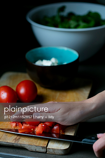 Salat zubereiten - p1212m1152857 von harry + lidy