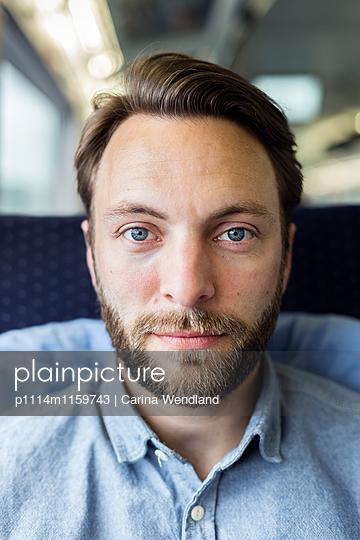Porträt Mann im  Zug - p1114m1159743 von Carina Wendland