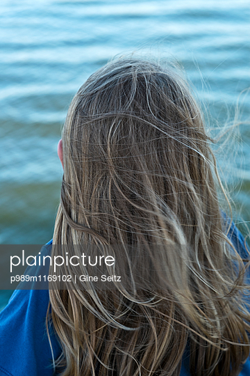 Wind im Haar - p989m1169102 von Gine Seitz