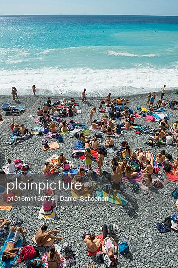 Sonnenbaden am Strand, Camogli, Provinz Genua, Riviera di Levante, Ligurien, Italien - p1316m1160774 von Daniel Schoenen