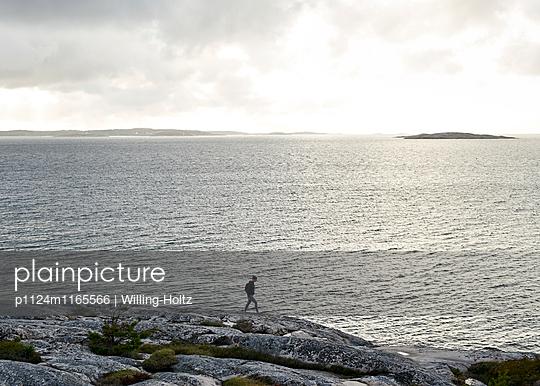 Frau spaziert an Schärenküste - p1124m1165566 von Willing-Holtz