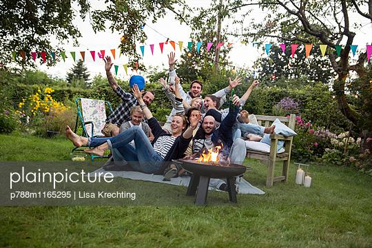 Freunde feiern eine Gartenparty - p788m1165295 von Lisa Krechting
