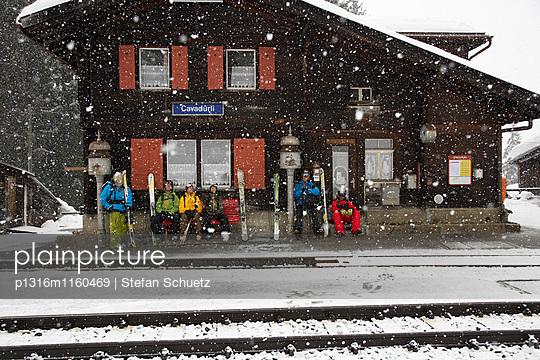 Skifahrer warten am Bahnhof, Cavadürli, Klosters-Serneus, Kanton Graubünden, Schweiz - p1316m1160469 von Stefan Schuetz