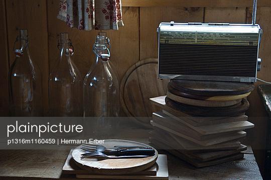 Altes Radio und Flaschen in einer Hütte, Wurzeralm, Oberösterreich, Österreich - p1316m1160459 von Hermann Erber