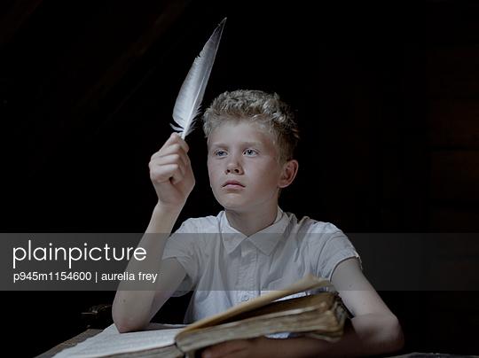Blonder Junge macht Hausaufgaben - p945m1154600 von aurelia frey