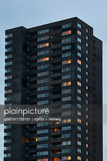 Beleuchtetes Hochhaus mit Wohnungen - p587m1155101 von Spitta + Hellwig