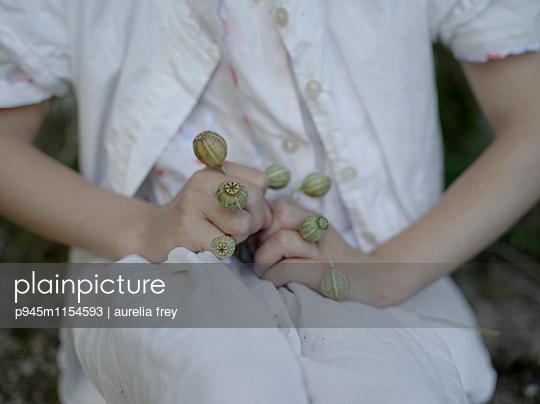 Mädchen sammelt Mohnblumen - p945m1154593 von aurelia frey