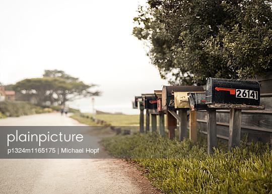 Privathausbriefkästen am Straßenrand - p1324m1165175 von michaelhopf