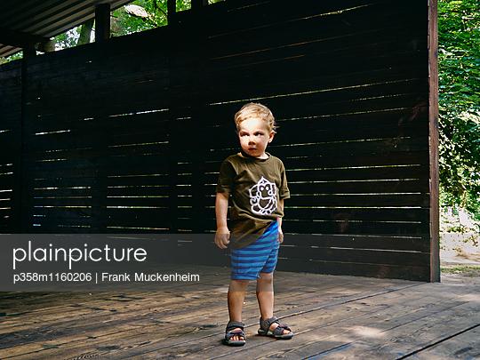 Entschlossener kleiner Junge - p358m1160206 von Frank Muckenheim