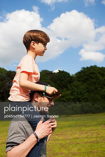 Junge wird auf Schultern getragen - p045m1154777 von Jasmin Sander