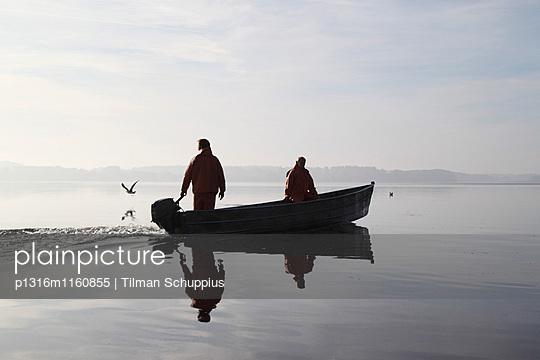 Binnenfischer auf dem Plöner See, Morgenstimmung, Plön, Ostholstein, Schleswig-Holstein, Deutschland - p1316m1160855 von Tilman Schuppius