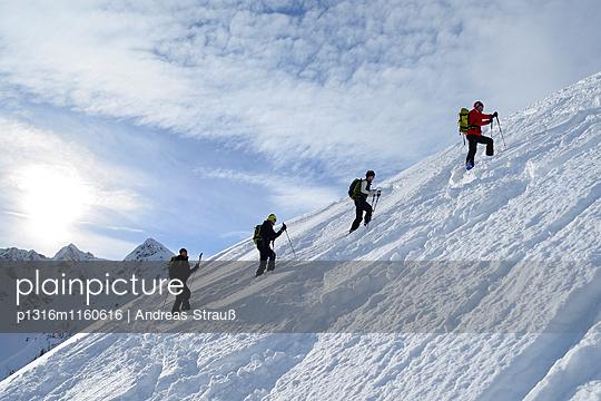 Gruppe Skitourengeher im Aufstieg zu Sagtaler Spitzen, Kitzbüheler Alpen, Tirol, Österreich - p1316m1160616 von Andreas Strauß