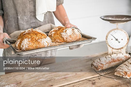 Frische Brotlaibe - p936m1161834 von Mike Hofstetter