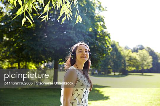 Frau hört Musik im Park - p1146m1162885 von Stephanie Uhlenbrock