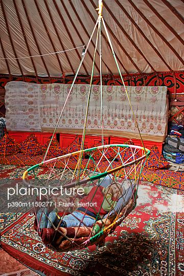 Baby in Hängebett in Jurte in Zentralasien - p390m1159277 von Frank Herfort