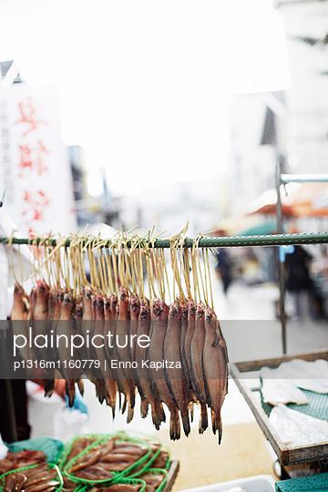 Fischstand auf dem Wochenendmarkt, Wajima, Noto-Halbinsel, Ishikawa, Japan - p1316m1160779 von Enno Kapitza