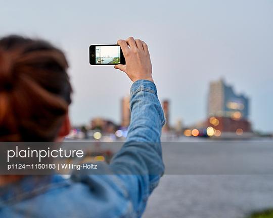 Frau fotografiert die Elbphilharmonie - p1124m1150183 von Willing-Holtz