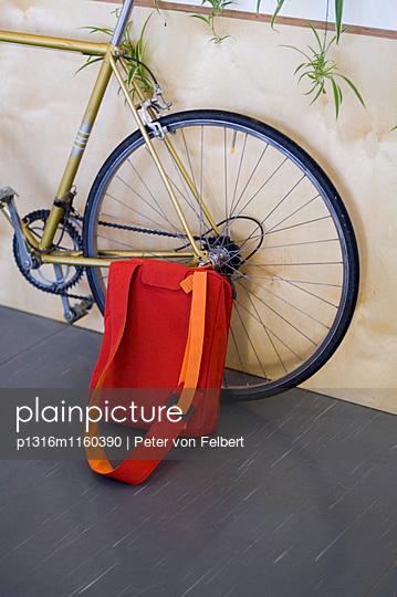 Tasche lehnt gegen Fahrrad - p1316m1160390 von Peter von Felbert