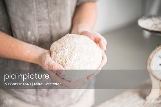 Brot backen - p936m1161849 von Mike Hofstetter