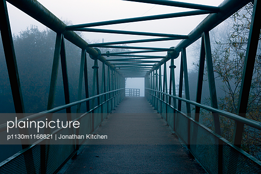 Waltham Abbey Fußgängerbrücke im Nebel - p1130m1168821 von Jonathan Kitchen