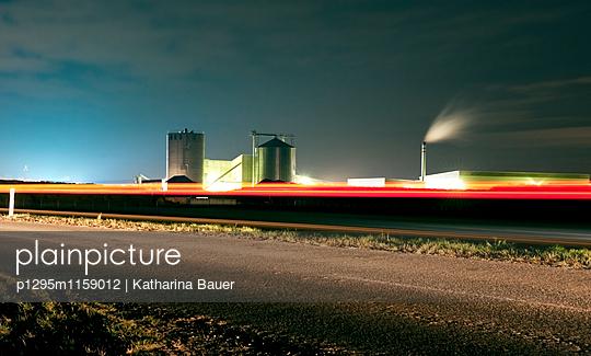 Biogasanlage bei Nacht - p1295m1159012 von Katharina Bauer