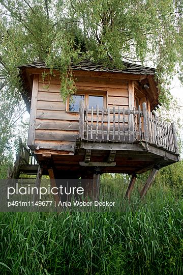 Baumhaus - p451m1149677 von Anja Weber-Decker